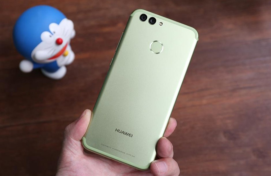 Live images of a possible Huawei Nova 3 and the Honor V10