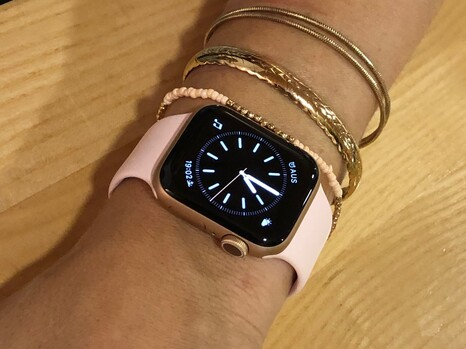 Apple Watch Series 5: 40 mm, aluminium chassis, sports strap