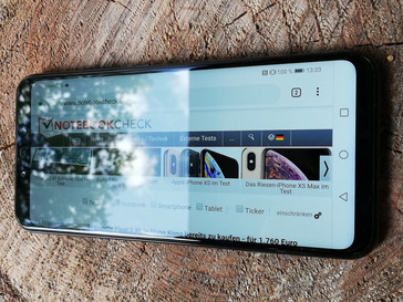 An example of the Huawei Mate 20 Lite's highly reflective display