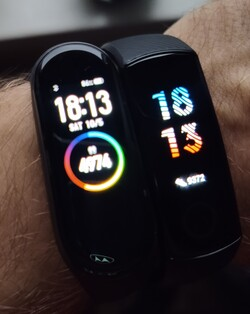 The number of steps that the Honor Band 5 measured is unrealistically high. Mi Band 4 results are on the left; the Honor Band 5 is on the right.