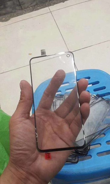 A look at an alleged Galaxy S10 screen protector with a camera cut-out that corresponds with the device spotted on the subway. (Image Source: @Universelce)