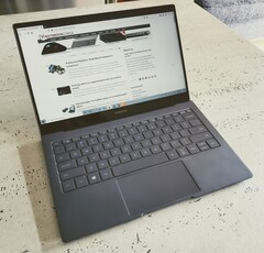 The Samsung Galaxy Book S crushes the Apple MacBook Air which ever way you look at it. (Source: Notebookcheck)