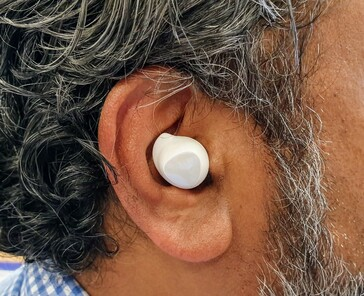 Samsung's Galaxy Buds are less conspicuous and feel more secure in the ear. (Source: Notebookcheck)