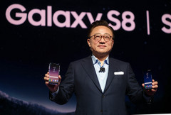 DJ Koh, Samsung Electronics' mobile business chief, presents the Galaxy S8 at the company's unpacking event in New York on Wednesday. (Source: Samsung Electronics)