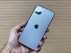 The iPhone 11 Pro Max may be suffering from a peculiar green tint display issue. (Source: GadgetsNow)