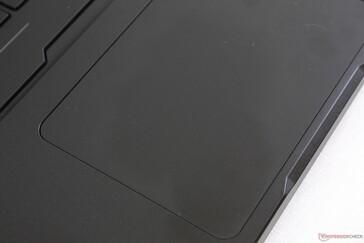 Clickpad memiliki ukuran yang layak, tetapi tombol mouse terintegrasi mungkin lebih kencang