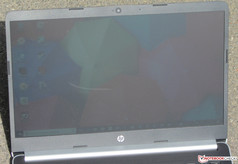 Using the HP 14-ma0312ng outdoors on a sunny day with the sun shining directly onto the device.