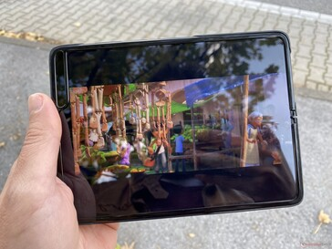 Using the Galaxy Fold outdoors in the shade