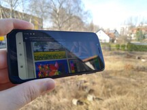 Using the Moto G7 Play outdoors with reflections onscreen