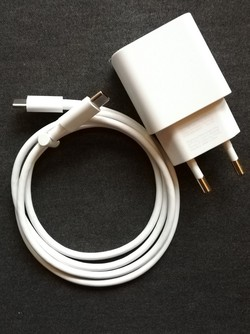 The Pixel 3 EU charger and Type-C cable