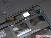 The SIM card slot of the UMTS adapter is hidden in the battery compartment.