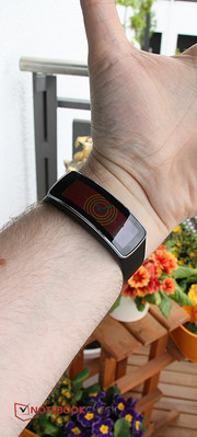 "A look at the optional ""Gear Fit"", which is a combination of a fitness bracelet and a smartwatch."