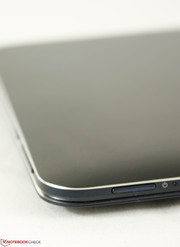The chrome trims and dark blue chassis is very similar to the Samsung ATIV Book 9 series