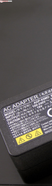 Fujitsu Lifebook U574: 65-watt power supply.