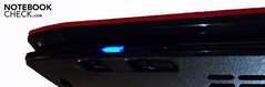 An der Vorderseite Schalter für WLAN und Bluetooth.