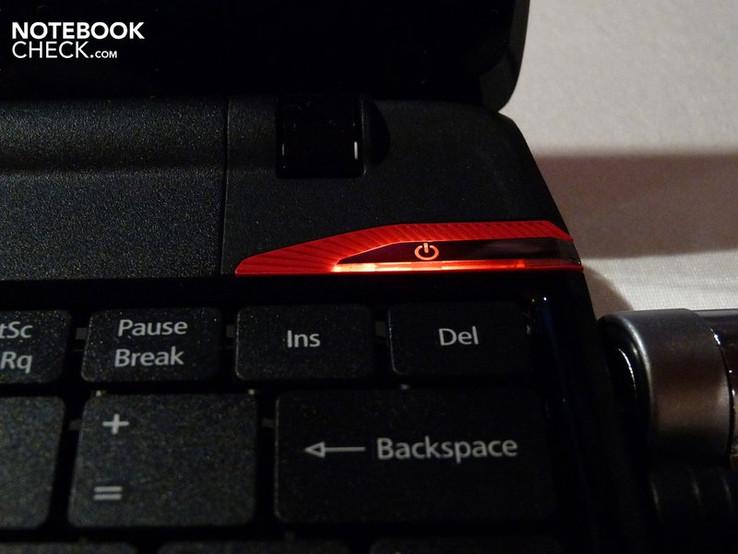 Der Netzschalter leuchtet in feurigem Rot.