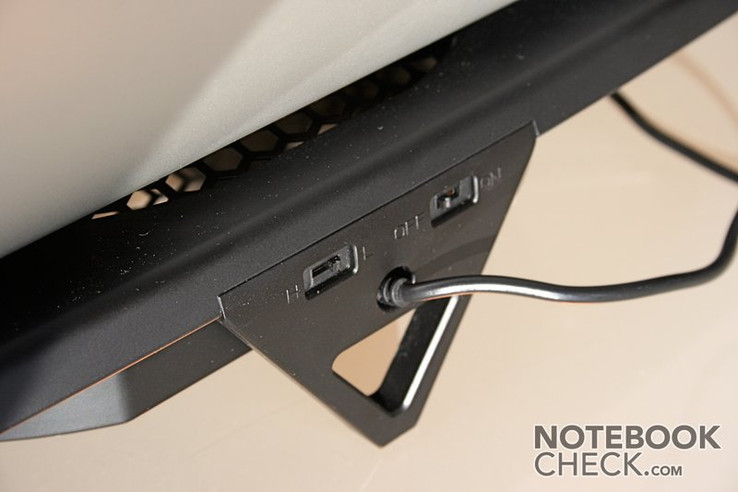 The control elements of this notebook cooler are built in on the back side and they are not really of high-quality.