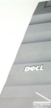 A striking part of the Dell Precision M4400 is surely the curled display lid made of magnesium with silver finish.