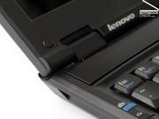 ...dennoch halten diese auch im SL300 den Bildschirm fest in Position und machen einen überaus robusten Eindruck.