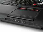 While the keyboard partly clearly gives, the touchpad and the trackpoint showed the usual Thinkpad qualities.
