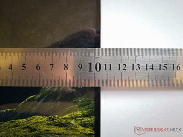 Asus advertises a bezel of 2.9 mm, but our own measurements are closer to 4.8 mm