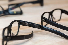 The Vaunt smart glasses could deliver simple messages or display route directions. (Source: Liliputing)