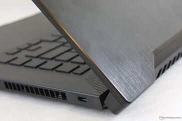 Tutup luar aluminium yang disikat halus.  Tutup lebih rentan terhadap puntiran dan tekukan daripada alasnya