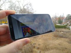 Using the Moto G7 Power outdoors with reflections onscreen