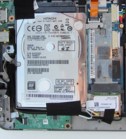 We see the conventional hard disk on the left and the SSD on the right. Both storage devices can be exchanged.