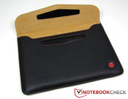 The leather pouch can be quickly opened and closed via a Velcro fastener.